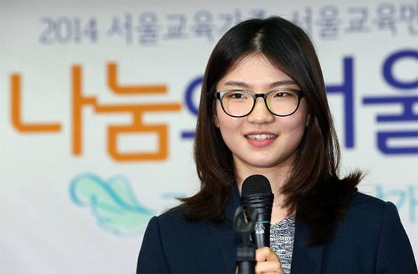 Shim Suk-hee trở thành người hùng khi đứng lên tố cáo HLV lạm dụng cô nhiều năm.