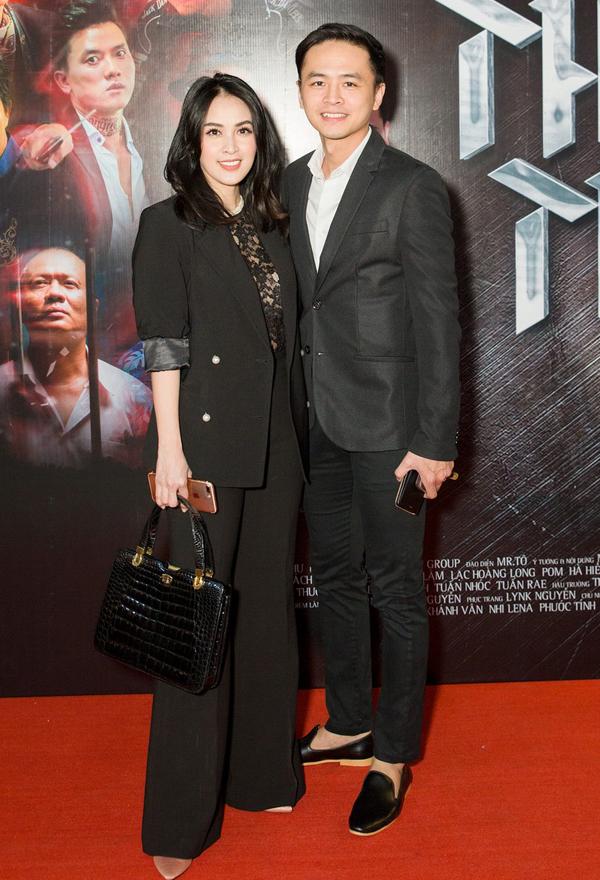 Diễn viên Tú Vi và ông xã Văn Anh mặc trang phục đen đồng điệu tới ủng hộ phim mới của Nam Thư, sau Nam Phi liên hoàn kế.