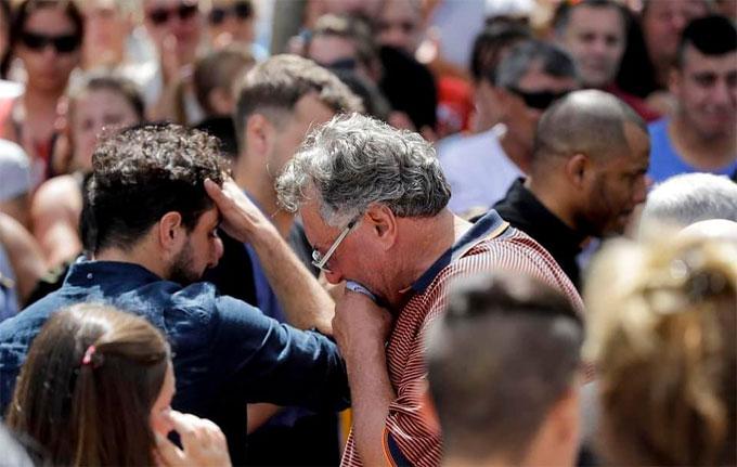 Ông Horacio, bố của Emiliano Sala cúi ngằm mặt, bịt miệng để ngăn cảm xúc bộc phát.