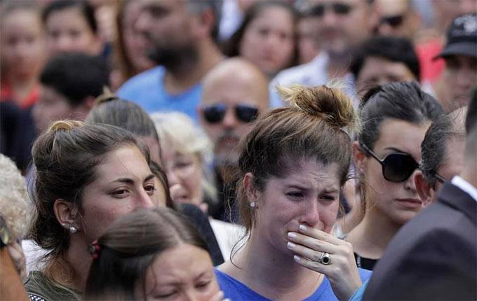 Romina, em gái của Emiliano Sala (bên trái) khóc hết nước mắt vì anh trai.