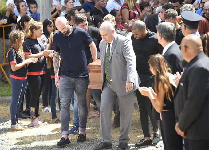 Đám tang của Emiliano Sala được tổ chức tại TP San Martin de Progreso, Argentina ngày 16/2. Hàng nghìn fan ởquê nhà có mặt vĩnh biệt tiền đạo 29 tuổi xấu số.