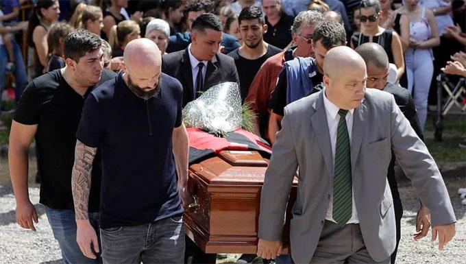 Hậu vệ người Pháp Nicolas Pallois và anh trai Dario của Sala đưa quan tài của Sala lên xe tang trước khi đi hoả táng.
