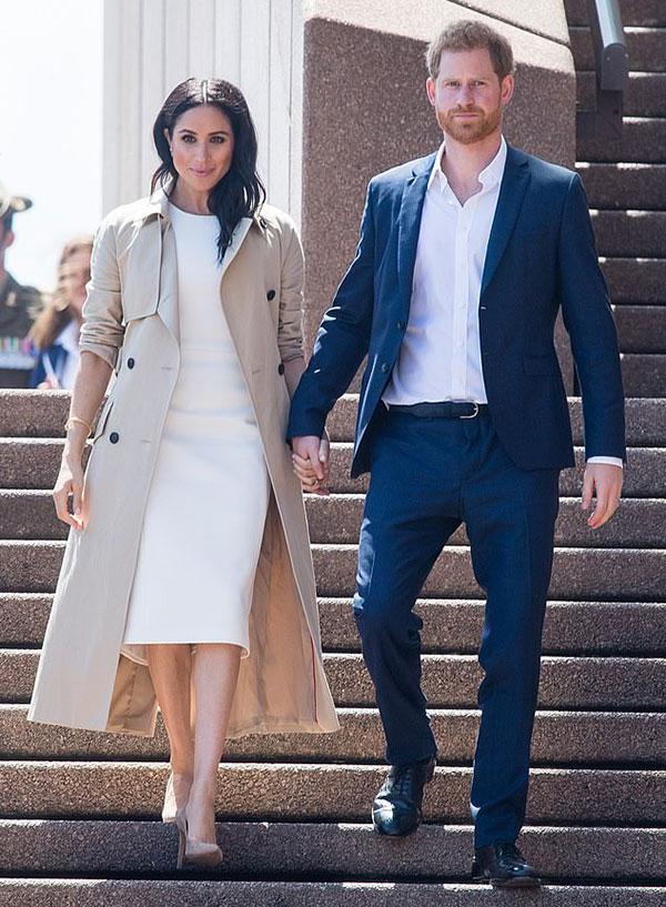 Vợ chồng Harry - Meghan nắm tay nhau trước khi gặp người hâm mộở Sydney trong chuyến công du hồi tháng 10/2018. Ảnh: AP.