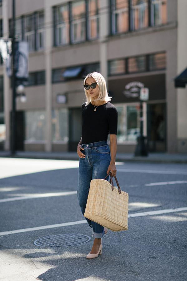 Các kiểu áo len, áo cardigan mỏng vẫn còn hữu dụng khi tiết trời chưa quá oi nồng. Khi được phối cùng jeans, các kiểu áo ôm sẽ mang lại hình ảnh trẻ trung, hiện đại cho người mặc.