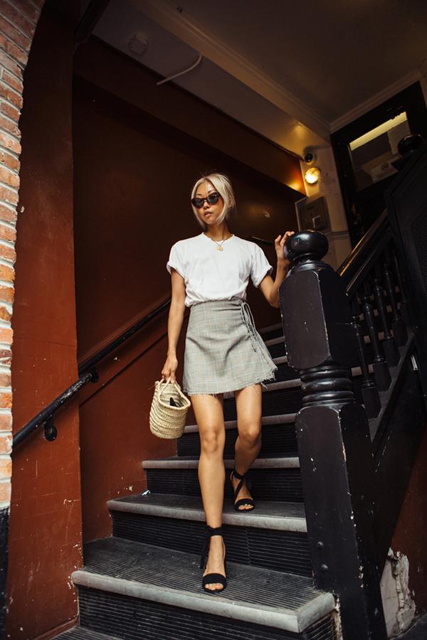 Phép cộng giữacác kiểu cáo cotton, chân váy chữ A dáng ngắn, sandal quai mảnh, túi mây tre đan sẽ giúp bạn gái có được phong cách đẹp và đúng chất xuân hè.