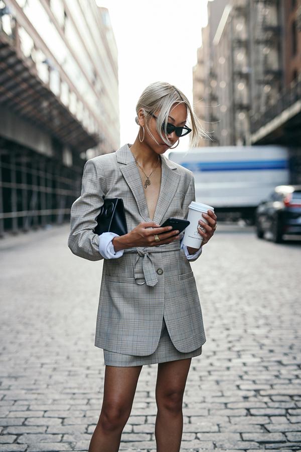 Mốt diện blazer vẫn chưa có dấu hiệu thoái trào, vì thế vào mùa này các nàng vẫn có thể khiến mình sang chảnh với các kiểu áo vest free size, vest biến thể độc đáo.
