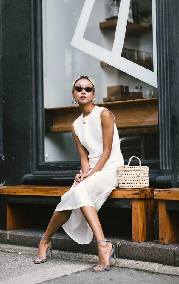 Đối với các bạn gái khu vực phía Nam thì các kiểu váy trắng, váy sát nách là trang phục mang lại sự thoải mái ở mùa này.