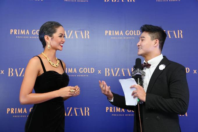 Hoa Hậu HHen Niê cùng màn trả lời phỏng vấn ấn tượng tại dạ tiệc Glow with the Gold. Ảnh HarperBazaar Việt Nam.