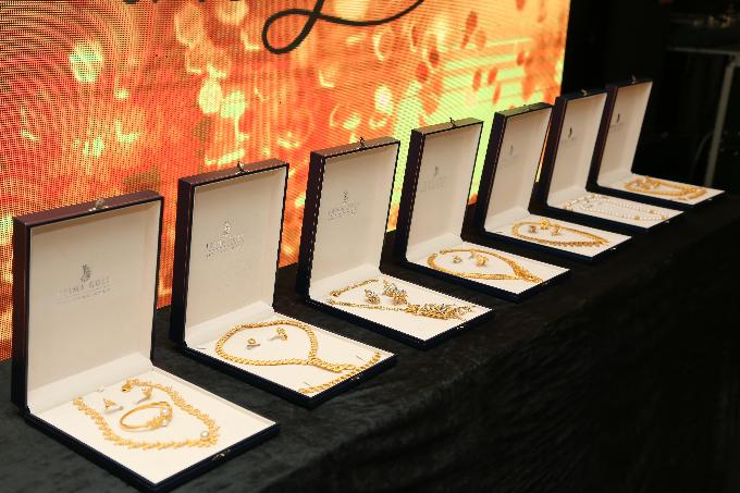 Những bộ sưu tập trang sức vàng 24K độc đáo tại dạ tiệc Glow with the Gold.