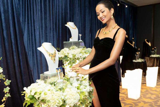 Top 5 Hoa Hậu HHen Niê đầy sang trọng khi diện trang sức Prima Gold tại dạ tiệc Glow with the Gold. Hình ảnh được thực hiện bởi tạp chí thời trang Bazaar Việt Nam.