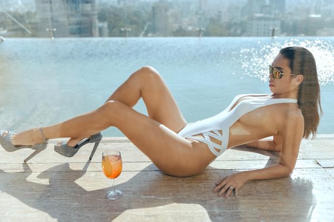Siêu mẫu chia sẻ, cô ấp ủ kinh doanh về đồ bơi từ khi mang thai bé Myla. Cô thường xuyên diện áo tắm tôn đường cong quyến rũ mỗi lần đi du lịch ở biển cùng gia đình.