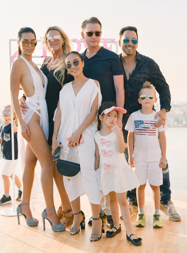 Vợ chồng Đoan Trang cùng con gái và một số người bạn ngoại quốc cũng có mặt tại buổi ra mắt bộ sưu tập của siêu mẫu Hà thành.