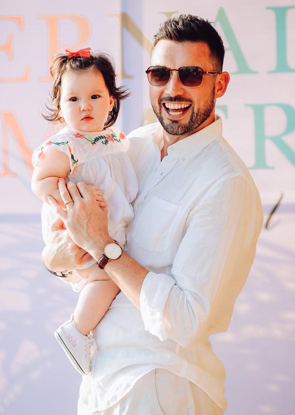 Bé Myla 7 tháng tuổi, bụ bẫm và có gương mặt đáng yêu như nàng công chúa. Cô nhóc thừa hưởng vẻ đẹp lai với đôi mắt to tròn, tóc nâu.