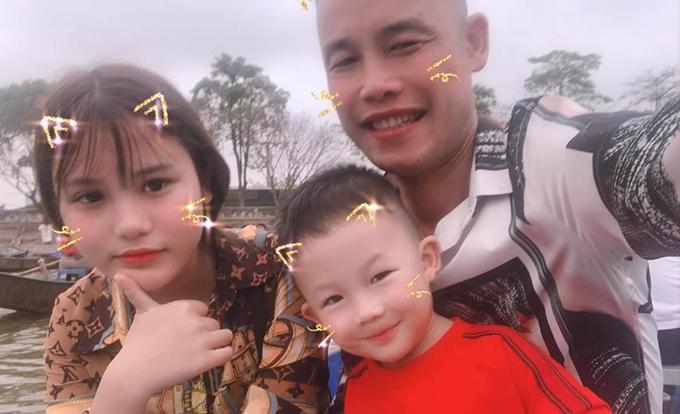 Dịp Tết vừa qua, nghệ sĩ hài vui vẻ đưa hai con đi chùa Hương.