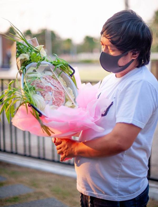 Anh Naek, người Thái Lan, cầm bó hoa làm từ thịt và rau của mình tặng vợ trong ngày Valentine năm nay. Ảnh: Facebook.