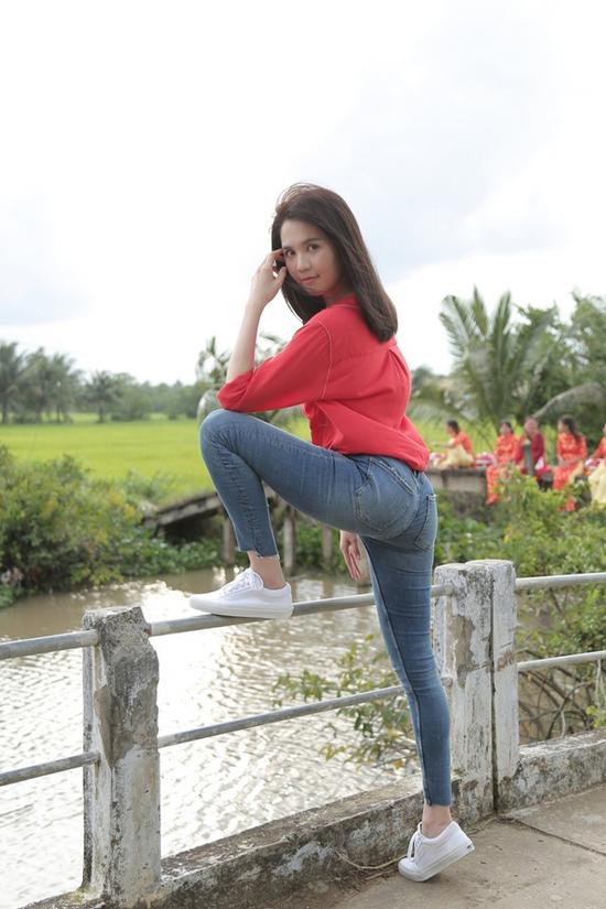 Chỉ với sơ mi và jeans nhưng Ngọc Trinh vẫn gợi cảm và thu hút như thường.