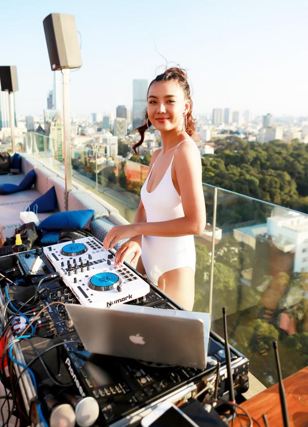 Chân dài Thanh Hương diện áo tắm nóng bỏng khi làm DJ cho chương trình.