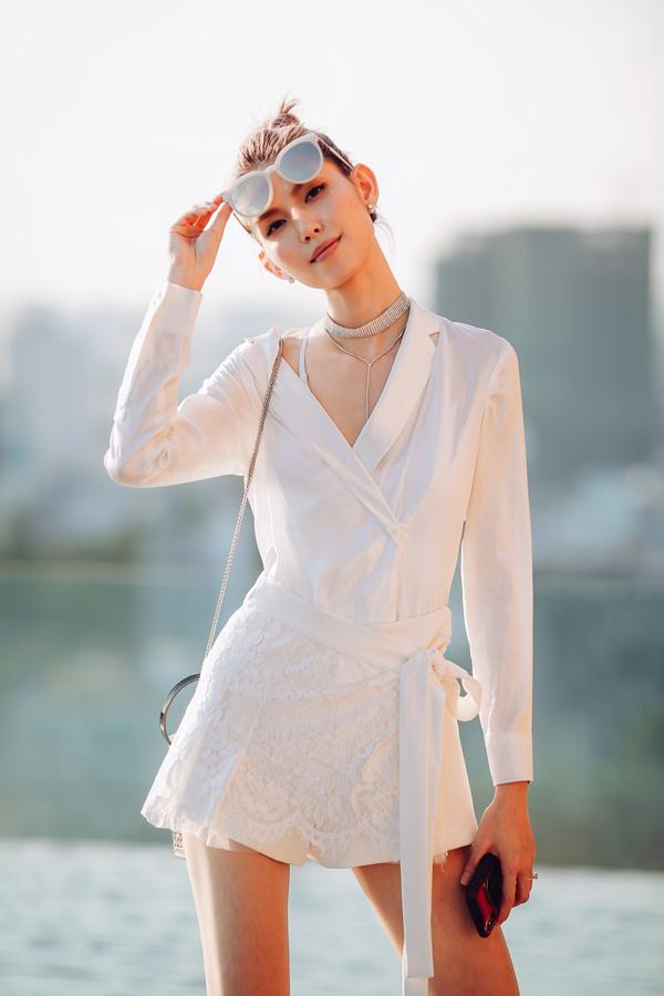 Model Thùy Dương sành điệu với set đồ trắng.