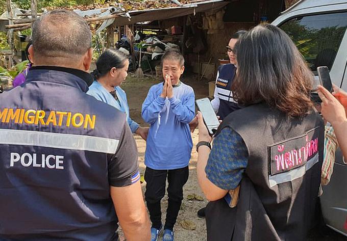 Bà Kaeomanee Arjaw (áo xanh ở giữa) khi được tìm thấy ở Trung Quốc. Ảnh: AFP.