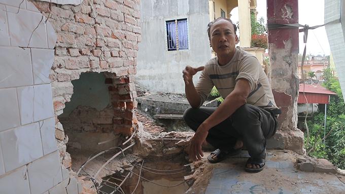 Ông Liên bên căn nhà sập vì mìn nổ.