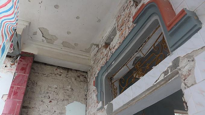 Nhiều mảng tường bong tróc sau vụ nổ mìn.
