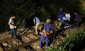 Tàu hàng trật bánh, đường sắt qua Nghệ An tê liệt nhiều giờ