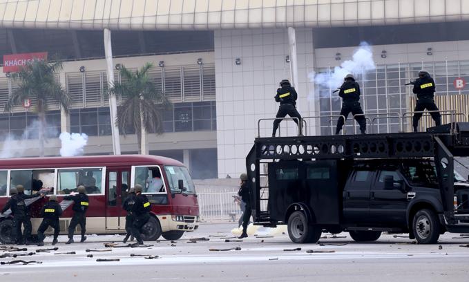 Cảnh sát cơ động đặc nhiệm diễn tập tại quảng trường Sân vận động Mỹ Đình, tháng 1/2016. Ảnh: Bá Đô