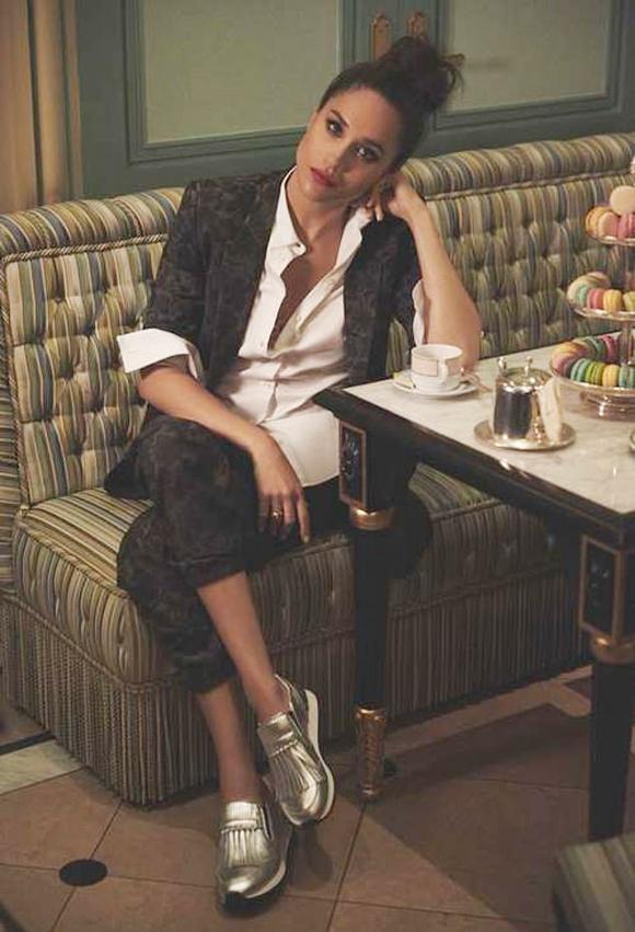 Meghan chụp ảnh cho thương hiệu thời trang Tods ở nhà hàng Laduree, New York. Ảnh: Tods.