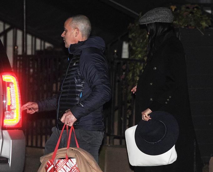 Vệ sĩ xách đồ đưa Meghan ra xe di chuyển ở thành phố New York, Mỹ vào tối 18/2. Ảnh: Shutter Up & Probe Media.