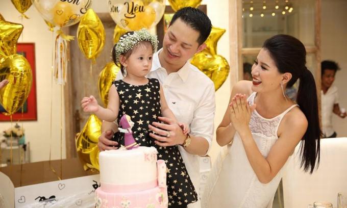 Vợ chồng Trang Trần trong dịp sinh nhật 2 tuổi của con gái Kiến Lửa.