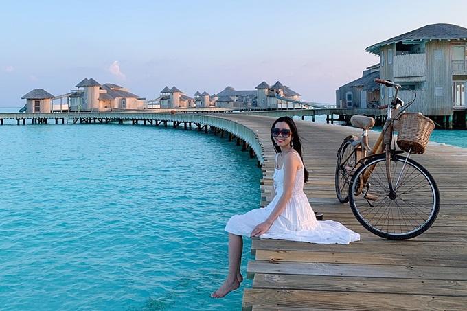 Đây là lần đầu tiên Huỳnh Vy đặt chân đến đảo quốc nổi tiếng và hào hứng khám phá thiên nhiên: Tôi từng ngheMaldivessở hữu nhiều bãi biển đẹp, cát trắng đẹpnhư tranh vẽ. Nhưng phải tới tận nơi, tôi mới cảm nhận hết vẻ đẹp trời phú mà đảo quốc này có được.