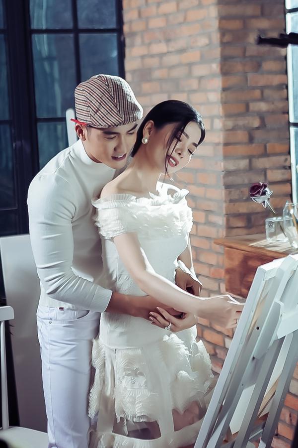 Trong MV, Lệ Quyên vào vai một cô gái có sự nghiệp, địa vị nhưng lại vắng bóng tình yêu. Cô mãi chờ đợi bên chàng trai mình thương dù biết điều đó có thể là ngốc nghếch.