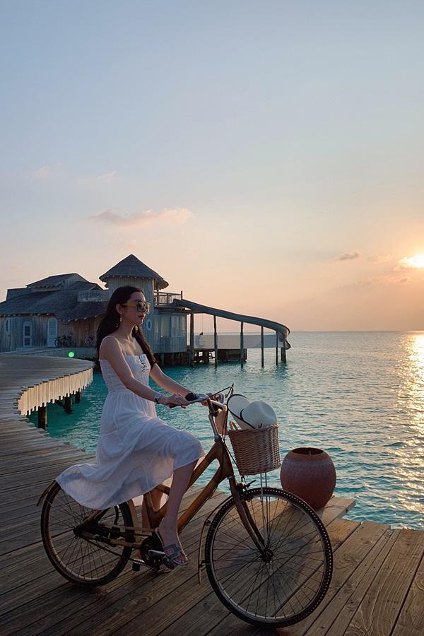 Người đẹpchọn nghỉ dưỡng tại một resort cao cấp, đạp xe dọc bờ biển và tận hưởng không khí trong lành.