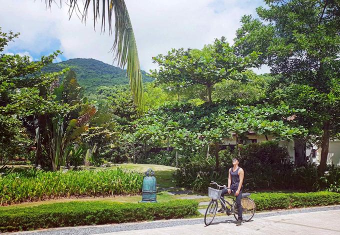Anh thảnh thơi đạp xe đi dạo vào mỗi buổi sáng, ngắm bình minh lên và hít thở không khí trong lành.