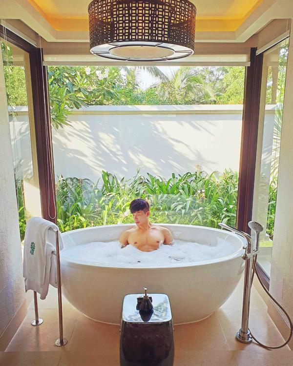 Nathan Lee tiết lộ, anh chi hơn 200 triệu đồng cho 2 tuần lưu trú tại resort này. Căn biệt thự mà giọng ca Hạ ở làprivatevilla, cógiá hàng chục triệu đồng mỗi đêm.