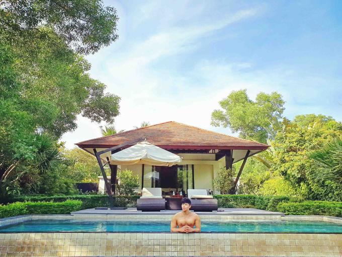 Biệt thự nằm gọn giữa một rừng cây xanh mát mắt, có hồ bơi bên cạnh để khách vừa bơi lội vừa ngắm cảnh thiên nhiên.
