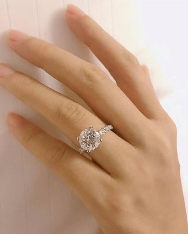 Dịp 14/2 vừa qua, Phạm Hương gây xôn xao khi khoe nhẫn kim cương và xác nhận được bạn trai cầu hôn tại Mỹ. Cô dí dỏm cho biết khi nào tổ chức đám cưới, nhất định sẽ thông báo để fanclub cùng góp tiền mừng.