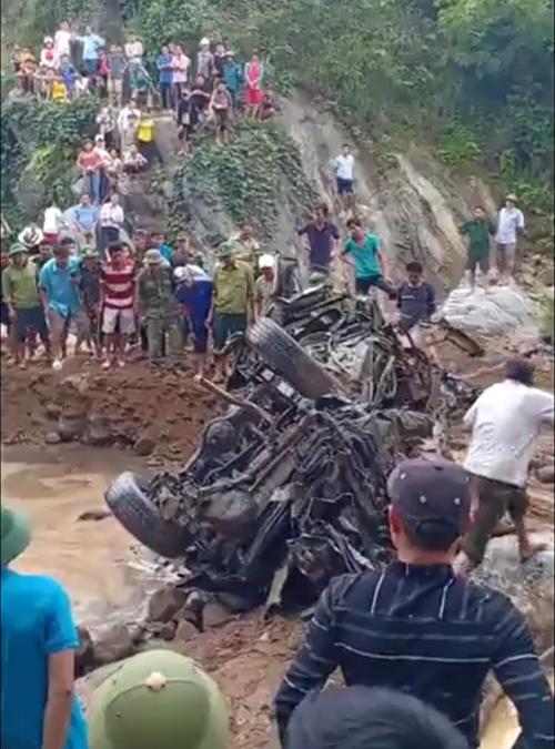 Chiếc xe công vụ của đồn biên phòng Yên Khương bị vò nát sau trận lũ dữ.