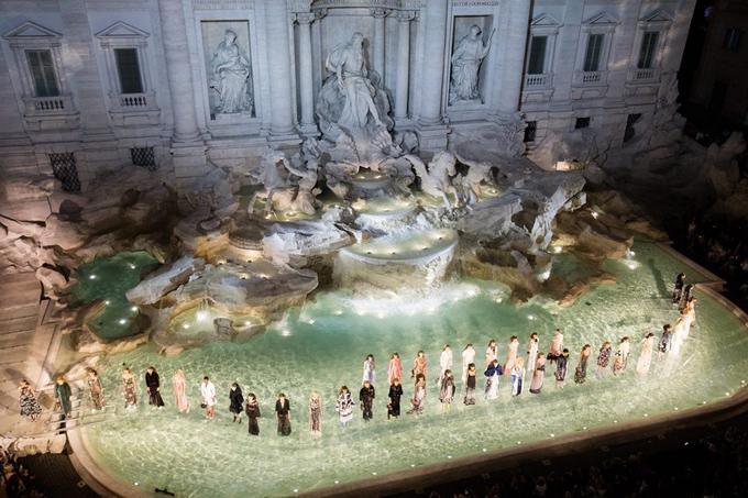Sàn diễn Fendi Haute Couture Thu 2016 tại đài phun nước Trevi (Rome, Italy) khiến giới mộ điệu trầm trồ.