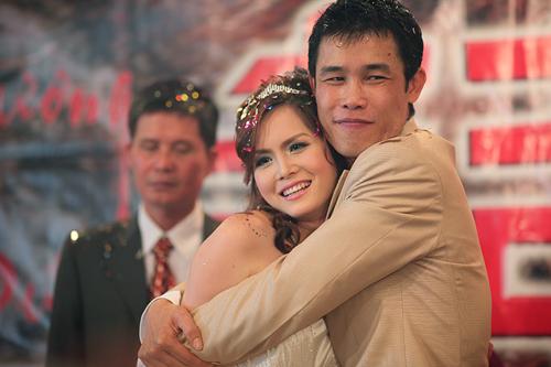 Hiệp Gà ôm chặt bà xã trong đám cưới lần hai diễn ra tháng 3/2010 tại Hà Nội.
