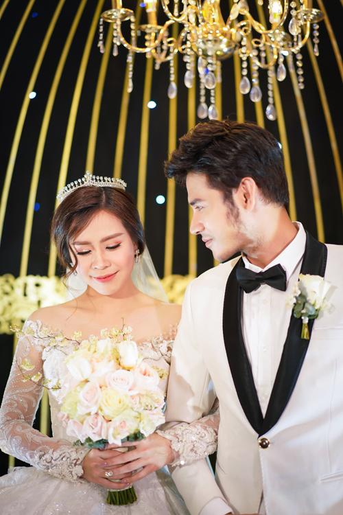 Cô dâu Vũ Ngọc Ánh làm điệu với makeup tông cam trong trẻo - 1