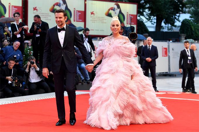 Gaga và Bradley Cooper quảng bá phim A Star Is Born tại liên hoan phim Venice 2018.