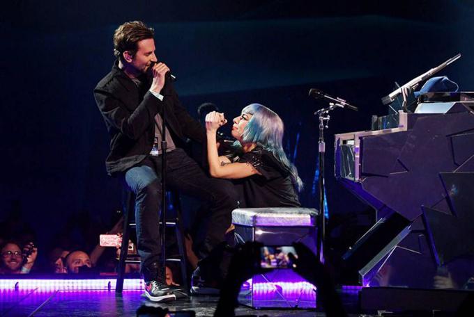 Gaga tình tứ bên Bradley trong concert ở Las Vegas.