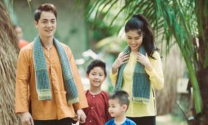 Gia đình Đăng Khôi mặc áo bà ba đi dã ngoại