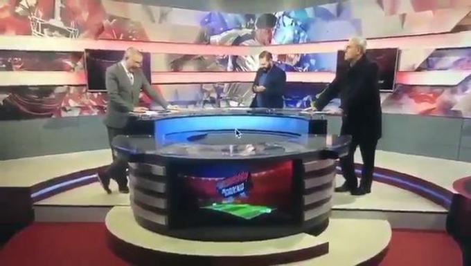 MC Gerardo (vest xám) và Carlos (vest đen) dẫnchương trình bình luận thể thao của đài Mexico hôm 15/2. Ảnh: CEN.