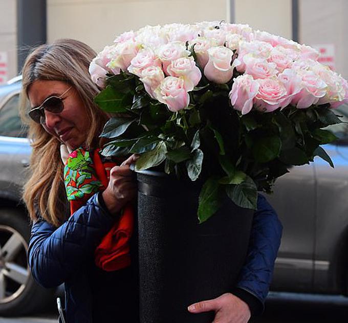 Trước khi Meghan tới The Mark, những giỏ hoa và quà đã được chuyển tới khách sạn này để chúc mừng cô sắp chào đón con đầu lòng.