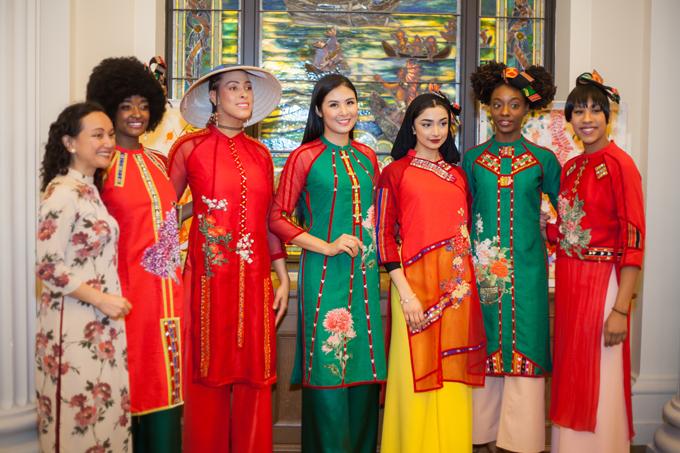 Với 15 mẫu áo dài cách tân, những mảnh vải thổ cẩm với sắc đỏ, cam, vàng được kết hợp với vải lưới, tạo sự phá cách và mới lạ. Những họa tiết hoa mùa xuân cũng được Ngọc Hân thêu lên áo dài để làm điểm nhấn thú vị.