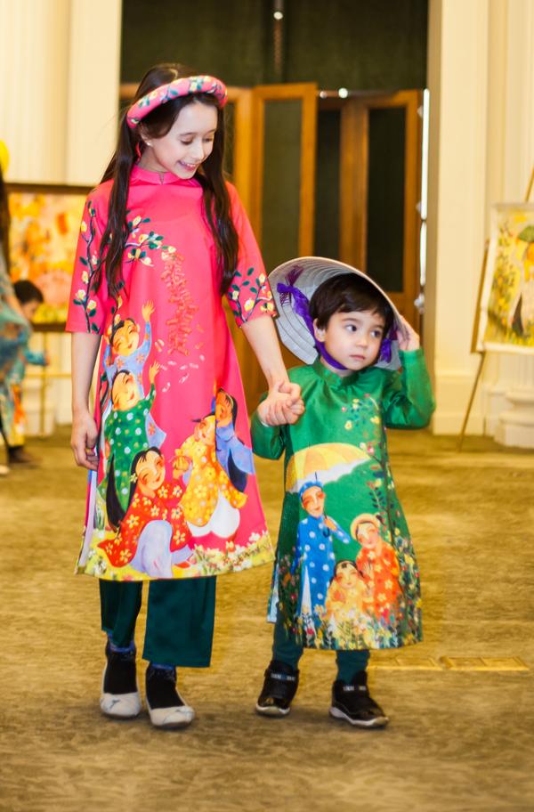 Tôi là một người yêu trẻ em, luôn mong muốn chúng lớn lên và hiểu được giá trị truyền thống, văn hoá của Việt Nam. Thông qua những hình vẽ của hoạ sĩ Phạm Trịnh với màu sắc rực rỡ, hình thù đáng yêu trên các mẫu thiết kế, tôi mong sẽ giúp các bé hiểu được nhiều hơn về lịch sử, nét đẹp truyền thống, cô chia sẻ.