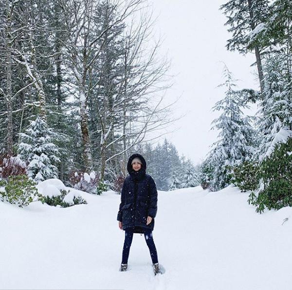 Trước khi thăm nhà Thân Thúy Hà, cô Trúc đến Seattle và bày tỏ sự thích thú trước khung cảnh cả khu rừng ngập tuyết trắng. Cô hào hứng viết:Không chỉ con thích mà mẹ cũng thích.