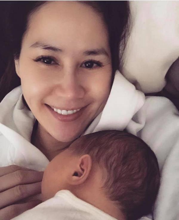 Vào ngày mùng 1 Tết, Thân Thúy Hà công khai thông tin đã sinh con thứ hai tại Mỹ. Cô không đề cập đến giới tính của em bé cũng như bố đẻ của con.